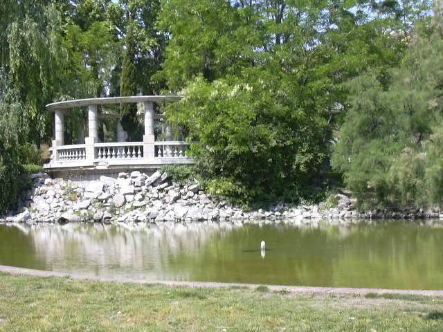 Can mercader un gran parc urb fonts naturals aigua for Piscina can mercader