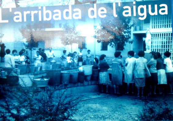 Dones recollin aigua a una Font