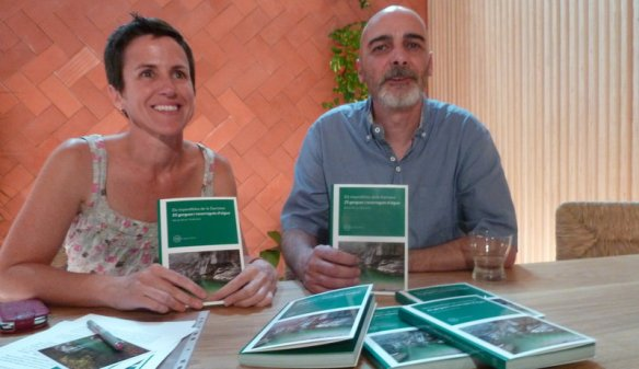 Agata Losantos i Ramon Roure, autor del llibre 23 gorgues de la Garrotxa.