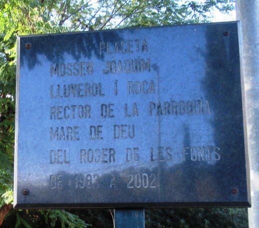 Placeta dedicada a un mossen de la parroquia